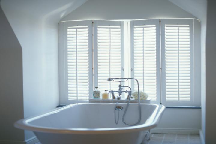 Badkamer Gordijn Rails : Raamdecoratie voor de badkamer raamidee